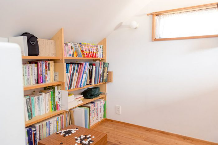 むとと片づけ研究所の備え付けで背の低い本棚